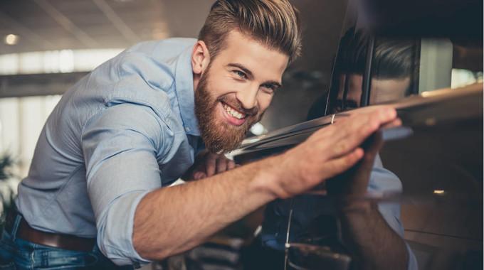 Hipster kauft Auto mit bonify Autokredit